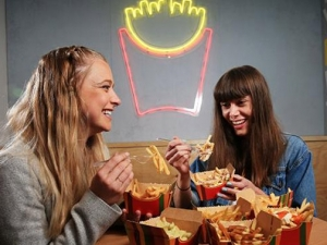 Neon-Fries-(mcdonalds-pop-up)